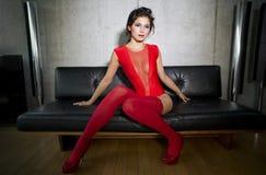 Härlig sexig kvinnadans och posera i lyxig lägenhet Royaltyfri Foto
