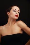 Härlig sexig kvinnlig modell som poserar i svart klänning Arkivbilder