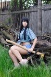 Härlig sexig kvinnlig skogshuggare som vilar efter bitande trä Arkivbilder