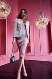 Härlig sexig nätt ändring för mode för kvinna för affär för blont hår för framsida Arkivbilder