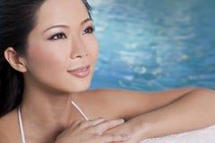 Härlig sexig orientalisk kvinna i simbassäng Arkivfoto