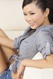 Härlig sexig orientalisk kvinna som ler i kortslutningar Arkivbild