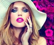 Härlig sexig stilfull blond modell nära ljusa blommor Arkivbilder