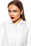 Härlig sexig stilfull modell med ljus makeup Arkivbild