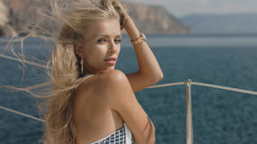 Härlig sexig ung blond kvinna på en yacht Arkivfoto
