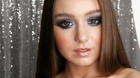 Härlig sexig ung flicka med hår för blåa ögon för smink för afton långt rökiga och kosmetiska kulöra kontaktlinser som  arkivfilmer