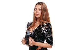 Härlig sexig ung kvinna i ett svart omslag fashion flickan bakgrund isolerad white Royaltyfria Foton