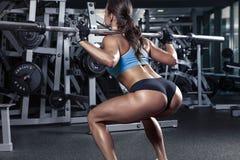 Härlig sexig ung kvinna i idrottshall Royaltyfria Foton