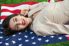 Härlig sexig ung kvinna med den klassiska klänningen som ner ligger på amer Arkivbilder