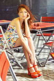 Härlig sexig ung kvinna med långt rött hårsammanträde i ett kafé på gatan i staden, når ett regn och att ha väntat på mitt kaffe Arkivfoton