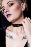 Härlig sexig ung kvinna med mörkt hår som flätas med den ljusa makeup- och modesmyckentättsittande halsband runt om hennes hals,  royaltyfri fotografi