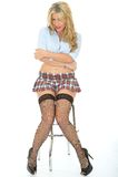 Härlig sexig ung kvinna som bär en korta Mini Skirt Blue Shirt Arkivfoton