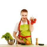 Härlig sexig ung kvinna som lagar mat nytt mål mot vitbaksida Royaltyfria Foton