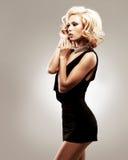 Härlig sexig vit kvinna i svart klänning Royaltyfri Fotografi
