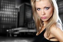 härlig sexuell kvinnligmodellstående royaltyfria bilder
