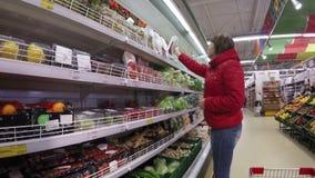 Härlig shopping för ung kvinna för frukter och stock video