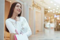 Härlig shopping för ung kvinna på den lokala gallerian arkivbild