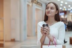 Härlig shopping för ung kvinna på den lokala gallerian arkivbilder