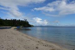 Härlig shoreline, pumpboats och blå himmel fotografering för bildbyråer