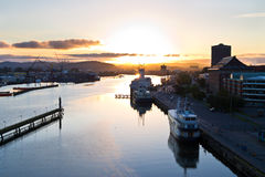 Härlig sikt över hamnen av Göteborg på soluppgång arkivfoton