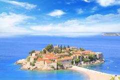 Härlig sikt av ö-semesterorten av St Stefan Sveti Stefan på Budvaen Riviera, Budva, Montenegro Royaltyfria Bilder