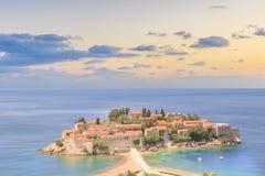 Härlig sikt av ö-semesterorten av St Stefan Sveti Stefan på Budvaen Riviera, Budva, Montenegro Arkivfoton