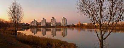 Härlig sikt av aftonen Gomel med reflexion i sjön Royaltyfri Bild