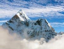 Härlig sikt av Ama Dablam med och härliga moln - den Sagarmatha nationalparken - Khumbu dal Arkivbilder