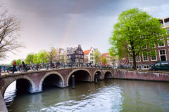 Härlig sikt av Amsterdam på flodkanalen royaltyfri foto