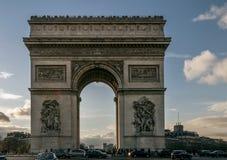 Härlig sikt av Arc de Triomphe på solnedgången, Paris, Frankrike fotografering för bildbyråer