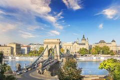 Härlig sikt av basilikan av helgonet Istvan och Szechenyi den chain bron över Donauen i Budapest Royaltyfria Bilder
