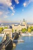 Härlig sikt av basilikan av helgonet Istvan och Szechenyi den chain bron över Donauen i Budapest Fotografering för Bildbyråer
