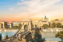 Härlig sikt av basilikan av helgonet Istvan och Szechenyi den chain bron över Donauen i Budapest, Ungern Royaltyfria Foton