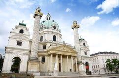 Härlig sikt av berömda Sts Charles kyrka (frankfurterkorven Karlskirche) på Karlsplatz i Wien fotografering för bildbyråer