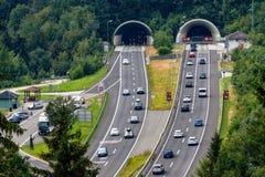 Härlig sikt av berg och ingången till autobahntunnelen nära by av Werfen, Österrike royaltyfri foto