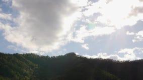 Härlig sikt av bergdalen med snabba rullande moln som driver över berg Timelapse arkivfilmer