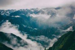 Härlig sikt av bergen i mist på Inca Trail peru härligt dimensionellt diagram illustration södra tre för 3d Amerika mycket royaltyfria bilder