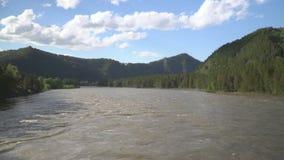 Härlig sikt av bergfloden från denblivna bron arkivfilmer