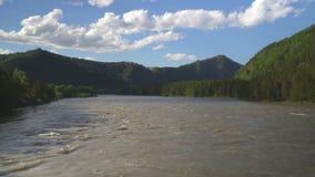 Härlig sikt av bergfloden från denblivna bron lager videofilmer