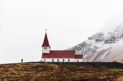 Härlig sikt av bergstoppkyrkan i Vik under vintersäsong, Island arkivfoto