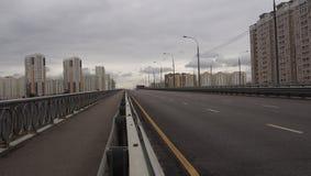 härlig sikt av bron i staden av Moskva på stadsbyggnaden Royaltyfri Bild