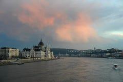Härlig sikt av Budapest på skymning Arkivbild