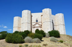 Härlig sikt av Castel del Monte, den berömda slotten som byggs i en åttahörnig form av den heliga Roman Emperor Frederick II i 13 Royaltyfri Bild