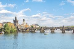 Härlig sikt av Charles Bridge, den gamla staden och det gamla stadtornet av Charles Bridge, Tjeckien Royaltyfri Foto