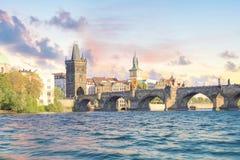 Härlig sikt av Charles Bridge, den gamla staden och det gamla stadtornet av Charles Bridge, Tjeckien Royaltyfri Fotografi