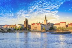 Härlig sikt av Charles Bridge, den gamla staden och det gamla stadtornet av Charles Bridge, Tjeckien Arkivbild