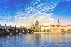 Härlig sikt av Charles Bridge, den gamla staden och det gamla stadtornet av Charles Bridge, Tjeckien Royaltyfri Bild