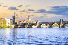 Härlig sikt av Charles Bridge, den gamla staden och det gamla stadtornet av Charles Bridge, Tjeckien Arkivfoto