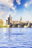 Härlig sikt av Charles Bridge, den gamla staden och det gamla stadtornet av Charles Bridge, Tjeckien Royaltyfria Foton