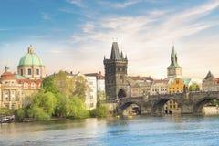 Härlig sikt av Charles Bridge, den gamla staden och det gamla stadtornet av Charles Bridge, Tjeckien Arkivbilder
